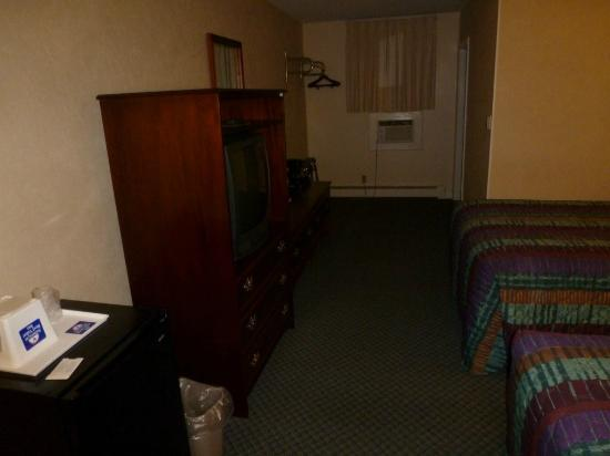 Americas Best Value Inn Brunswick: Televisor