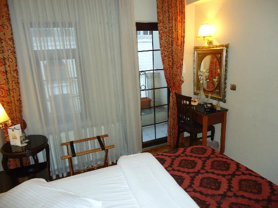 BEST WESTERN Amber Hotel: Double room facing the street