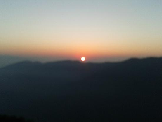 Central Heritage Resort and Spa, Darjeeling: Sunrise from bedroom.