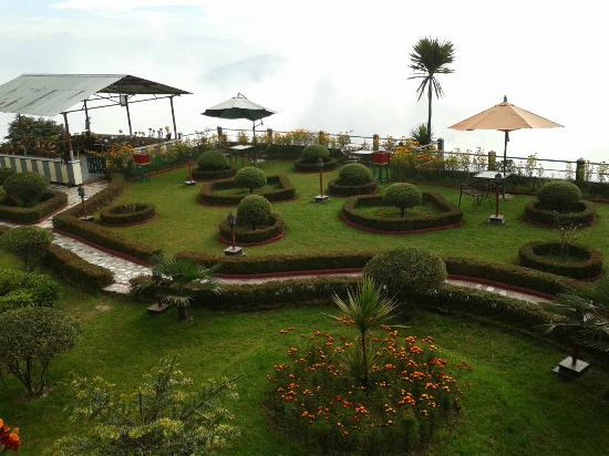 Central Heritage Resort and Spa, Darjeeling: The lovely manicured lawns