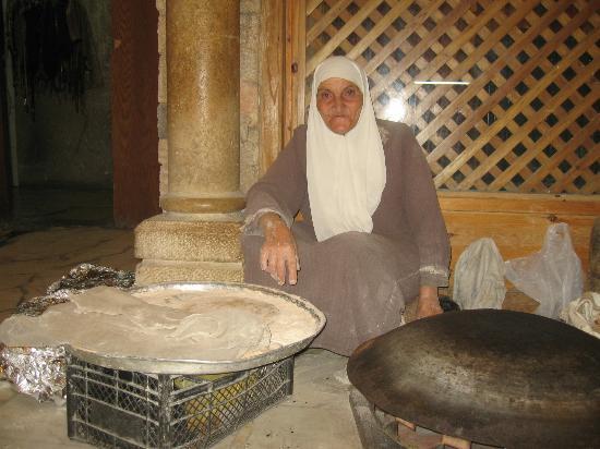 Tawaheen al-Hawa: Signora giordana che cuoce il pane