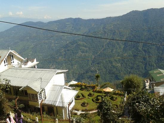 Central Heritage Resort and Spa, Darjeeling: Pic taken from the top road above the Hotel