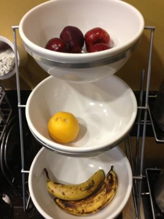Comfort Suites Airport South : Fruit...