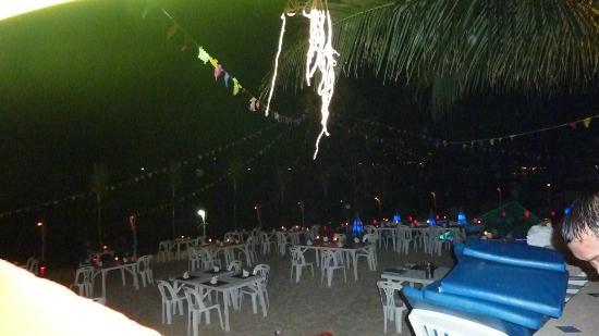 Seascape Beach Resort: tous les soirs, quand le temps le permet, le personnel installe le restaurant sur la plage