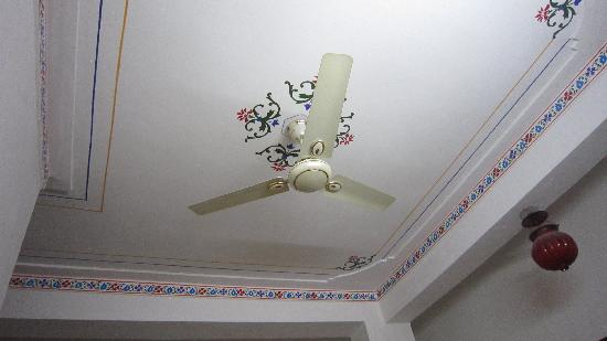 Harsh Vilas Guest House: Room Fan, you can control the speed.