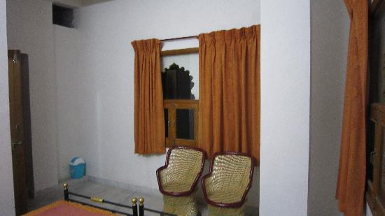 Harsh Vilas Guest House: Two chairs and another window.