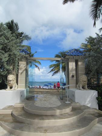 The Ritz-Carlton, San Juan: Walkway to the beach.