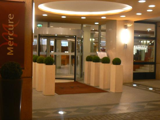 Mercure Budapest Korona Hotel: Main entrance to the hotel