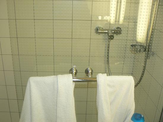 Mercure Budapest Korona Hotel: Shower in room