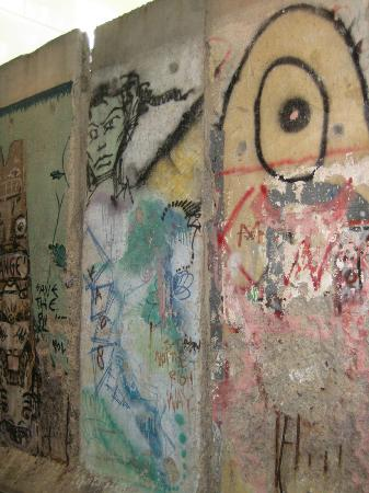 Newseum: Sections of the Berlin Wall