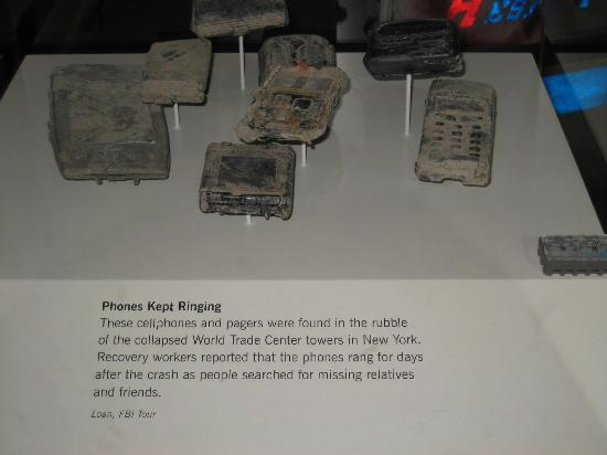 ‪متحف النيوزيام: Cell phones that kept ringing after the World Trade Center fell‬
