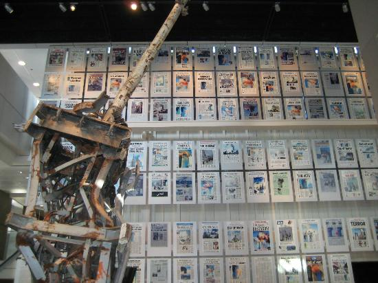 Museum Berita Newseum: Front pages reporting on 9/11 next to the mangled broadcast antenna recovered from the rubble
