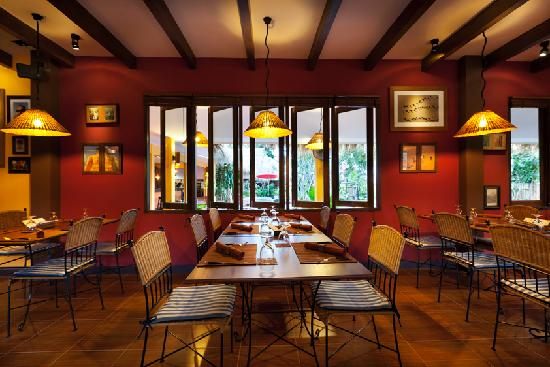 Crepes & Co. Hua Hin Restaurant : Dining room tables
