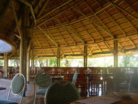 A'Zambezi River Lodge: Salle à manger