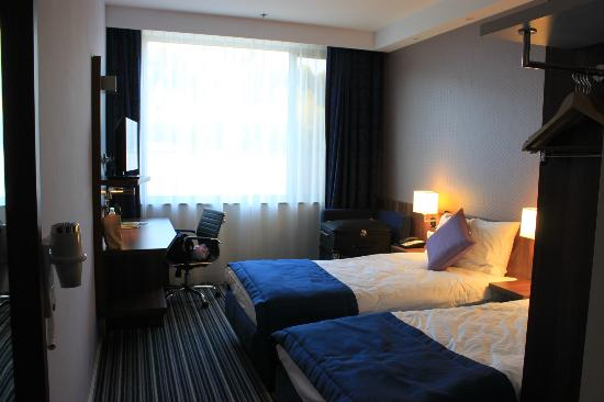 Ibis Styles Walbrzych: Bed area, one chair, no drawers