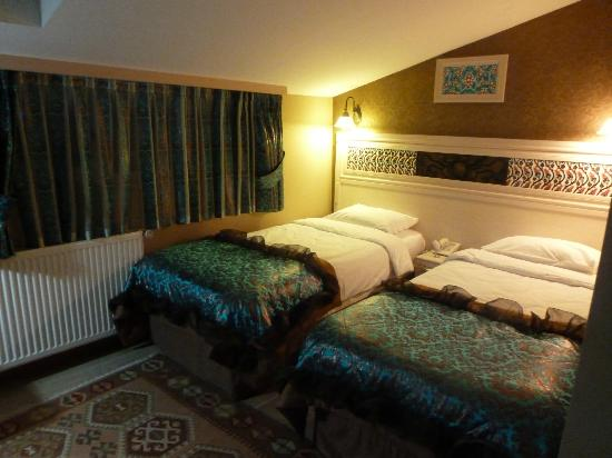 Hotel Novano: Room 403 .. a 3rd bed was situated under a sloping ceiling on the other side of the room