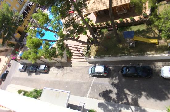 Grupotel Montecarlo: Road to pool area.