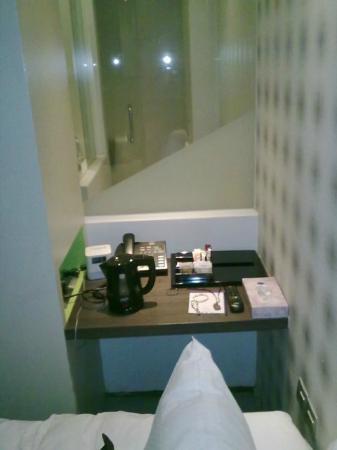 Moon 23 Hotel: Tiny Desk Facing Bathroom