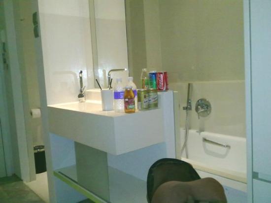 โรงแรมมูน: Washing Basin outside bathroom