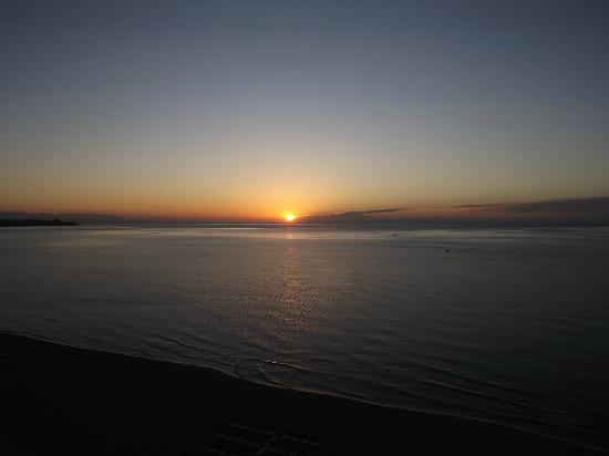 Yaramar Hotel: Sunrise over the Med through the glass wall