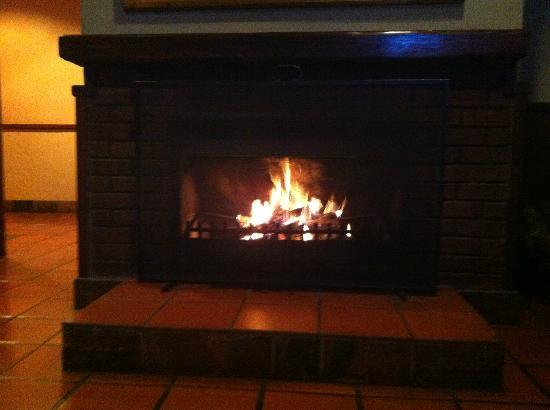 aha Greenway Woods Resort: Fireplace at the Bar