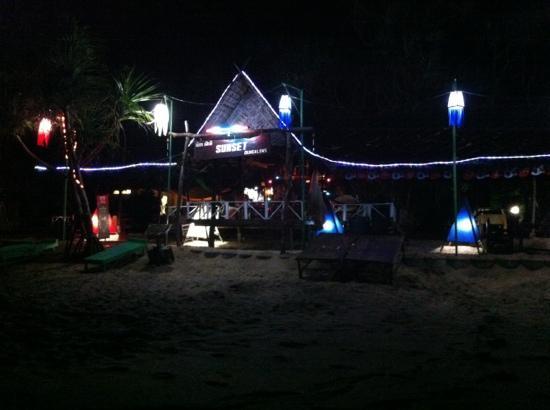 Sunset Bungalows: ansicht vom strand bei nacht