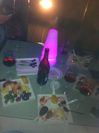 Hi-Res Restaurant: vino rosso, frutta fresca e i magnifici dolci.