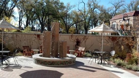 Hotel Parq Central: Garden seating