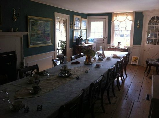Deacon Timothy Pratt Bed & Breakfast: Dining room