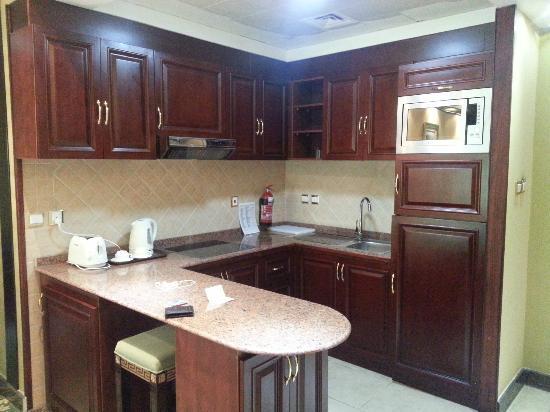 Golden Tulip Thanyah Hotel Apartments: kitchen