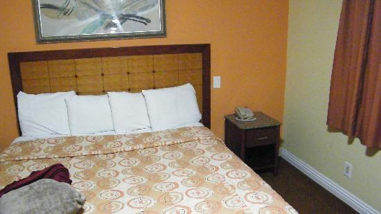 Glen Capri Inn & Suites - San Fernando Road: the room door