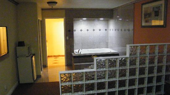 Glen Capri Inn & Suites - San Fernando Road: bed
