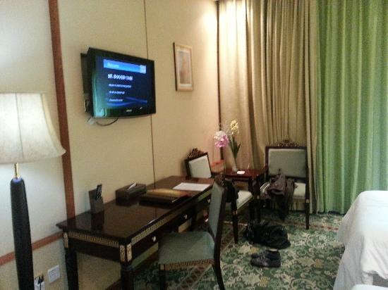 "Golden Tulip Thanyah Hotel Apartments: 32"" tv"