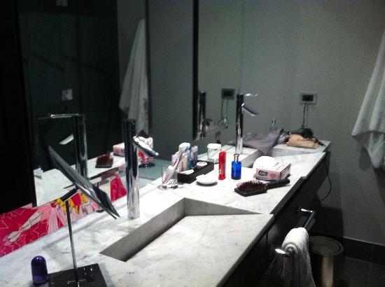 Radisson Blu Santiago La Dehesa: Baño habitación Busines Class