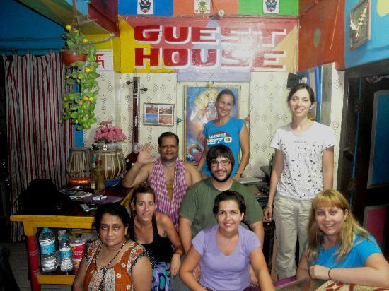 Monu Family Paying Guest House: Monu y su mujer con unos Oscenses y Zaragozanas.