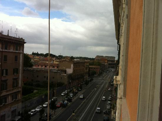 La Finestra sul Colosseo B&B: View of the Colosseum from the Deluxe Room