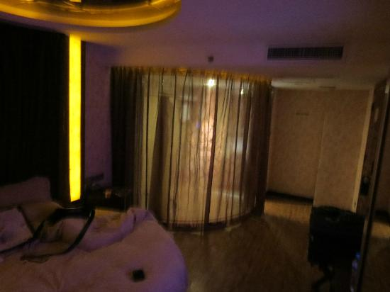 Manhattan Bund Business Hotel: Windowless room...Round bed and mirrored ceiling LOL