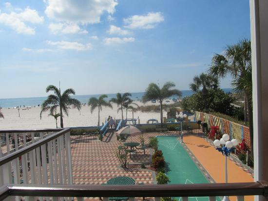 Plaza Beach Hotel - Beachfront Resort: Beach scene