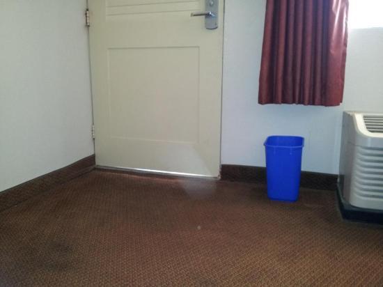 Atlantis Inn: Gap Bottom Of Door
