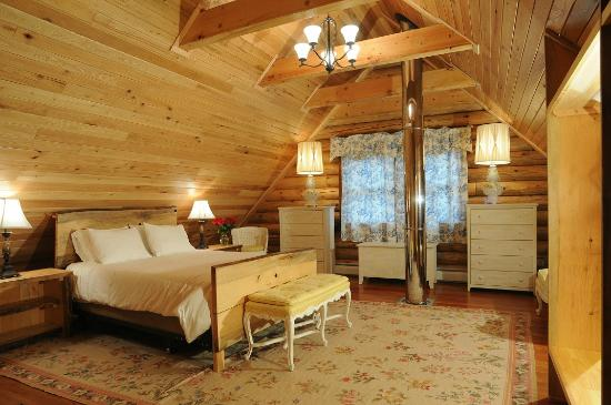 "Private Hotel + Pure Food Villa: The Log House ""Gable Room"""