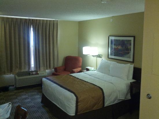 Extended Stay America - Houston - Westchase - Richmond: New view (upgraded linens, pillows and lamp screens).