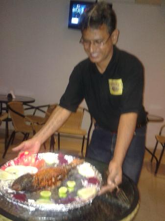 Calangute Grande: Prakash serving the delicious Tandoori Fish