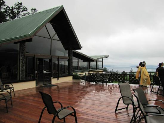 Arenal Observatory Lodge & Spa: courtyard view of restaurant and valley below