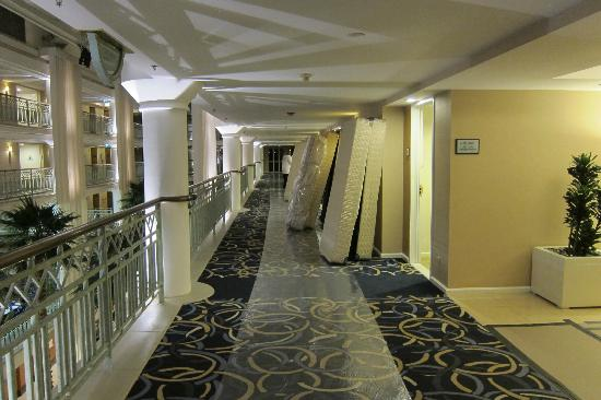 Loews Santa Monica Beach Hotel: Mattresses piled in the halls on plastic wrap covered carpet