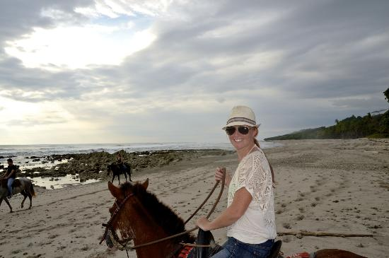 Hotel Vista de Olas: Horseback riding on the beach.