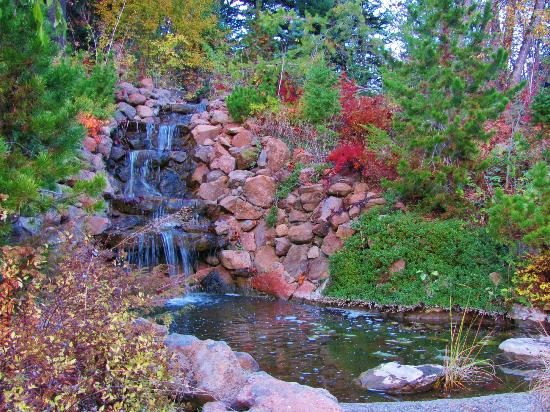 Husum Highlands Bed and Breakfast: Beautiful waterfall in front of B&B