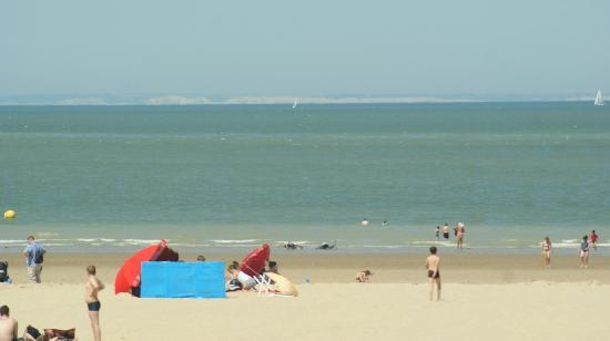 les cotes anglaises vues de la plage de calais