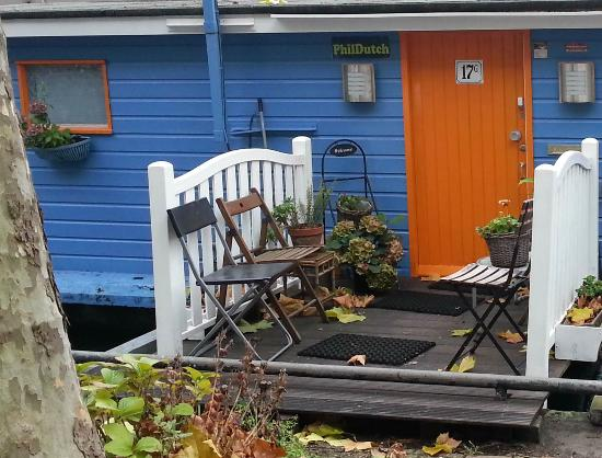PhilDutch Amsterdam Bed and Breakfast: The beautiful entry to the houseboat is UNIQUELY colored and very beautiful and easy to spot.