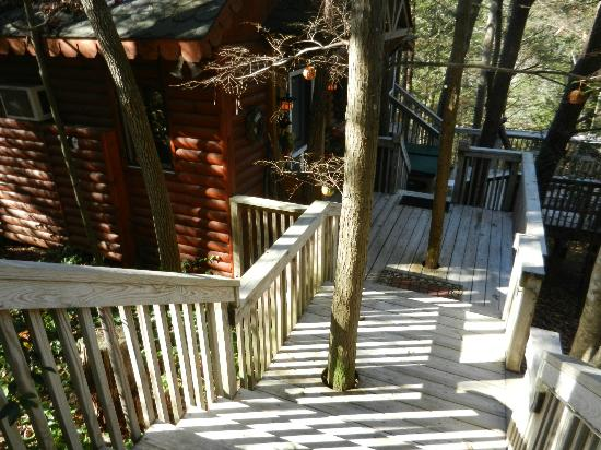 Stonecreek Cabins: Walkway to cabin