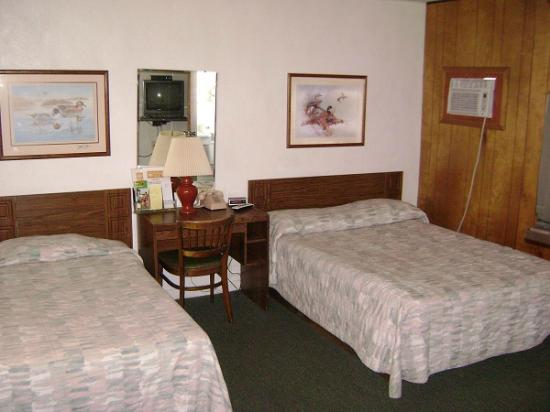 Budget Host Country Host Motel: Dbl bed & twin Bed. Call for pricing.
